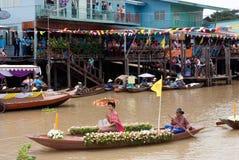 小伙子Chado蜡烛浮动节日,泰国 免版税库存照片
