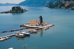 小传统教堂在科孚岛海岛 免版税库存照片