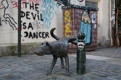 小便雕象的狗在布鲁塞尔 免版税库存照片