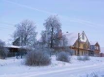 小俄国村庄视图在与许多的冷淡的冬日下雪 免版税图库摄影