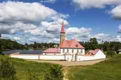 小修道院宫殿在黑湖的岸的一个夏日, Gatchina,圣彼德堡, 免版税库存照片
