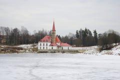 小修道院宫殿看法黑湖的在一个多云下午 Gatchina 库存照片