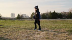 小儿子开除球、笑和傻瓜,当踢与爸爸慢动作时的足球 影视素材