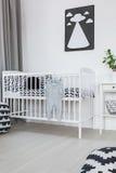 小儿床在婴孩屋子里 库存照片