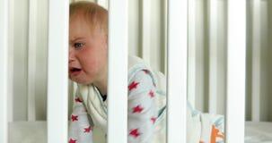 小儿床的哭泣的婴孩在家 股票录像