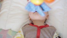 小儿床的小婴孩 股票录像