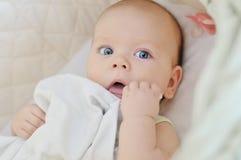 小儿床的蓝眼睛的婴孩 免版税图库摄影