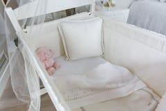 小儿床顶视图有机盖的 免版税库存照片