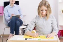 小儿科职业临床医疗师观察患者 库存图片