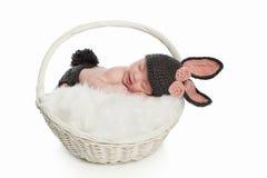小兔服装的新出生的婴孩 免版税库存图片