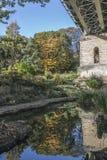 小公园在铁路桥下在斯卡巴勒 库存照片