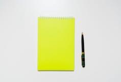 小册子空白在一张木书桌上 设计火笔记本模板写您 免版税库存照片