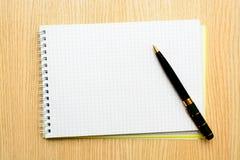 小册子空白在一张木书桌上 设计火笔记本模板写您 图库摄影