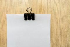 小册子空白在一张木书桌上 设计火笔记本模板写您 免版税图库摄影