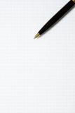 小册子空白在一张木书桌上 设计火笔记本模板写您 库存照片