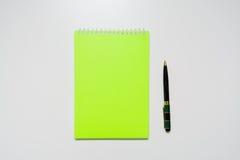 小册子空白在一张木书桌上 设计火笔记本模板写您 免版税库存图片