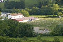 小农厂房子和领域在Sare,法国在西班牙法国边界的巴斯克地区, Labo的一个小山顶17世纪村庄 免版税图库摄影