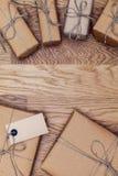 小包和箱子在eco纸在木桌上 顶视图 库存照片