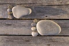 小卵石两踪影在木板条的 免版税库存照片