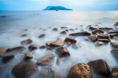 小卵石低角度在海浪的 图库摄影