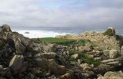 小卵石发球区域的海滩 免版税图库摄影