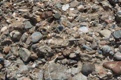 小卵石向多种纹理扔石头 免版税图库摄影