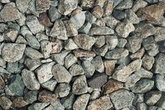 小卵石向背景扔石头 免版税库存照片