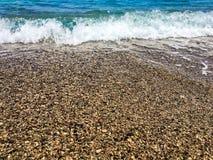 小卵石和波浪 图库摄影