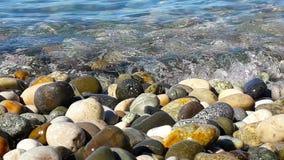 小卵石和海水在晴朗的夏日,关闭看法 股票视频