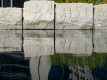 小卵石在一个人为池塘, 免版税库存图片