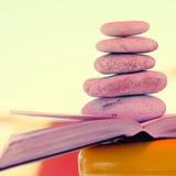小卵石在书堆积 库存图片