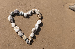 小卵石在沙滩的爱心脏 免版税库存图片