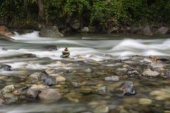 小卵石堆在河 免版税库存照片