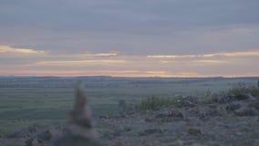 小卵石塔禅宗和平衡 小卵石的堆反对天空的 石头塔在领域的背景的和 影视素材