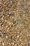 小卵石构造与在海水报道的一半 库存图片