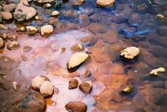 小卵石流 库存图片