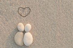 小卵石海滩的形状恋人 免版税库存图片