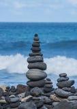 从小卵石的塔在海滩 免版税图库摄影