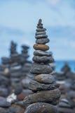 从小卵石的塔在海滩 库存图片