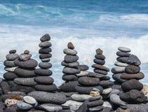 从小卵石的塔在海滩 免版税库存照片