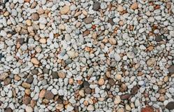 小卵石的好的背景图象在海滩晃动 免版税图库摄影