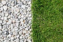 小卵石石头和绿草 免版税图库摄影
