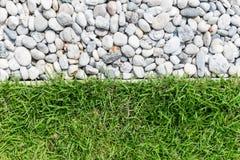 小卵石石头和绿草 库存照片