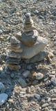 小卵石被堆积在彼此顶部形成一个小塔,分层堆积,在科莫湖 库存照片