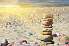小卵石金字塔在一个晴朗的海滩的 免版税库存照片