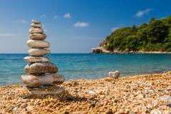 小卵石金字塔在海滩的 免版税库存照片