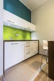小厨房在舒适房子里 图库摄影