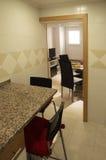 小厨房椅子和客厅 免版税图库摄影