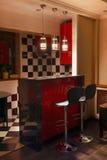 小厨房酒吧在晚上 免版税库存图片