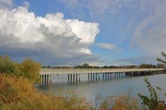 小双线道河桥梁 库存照片